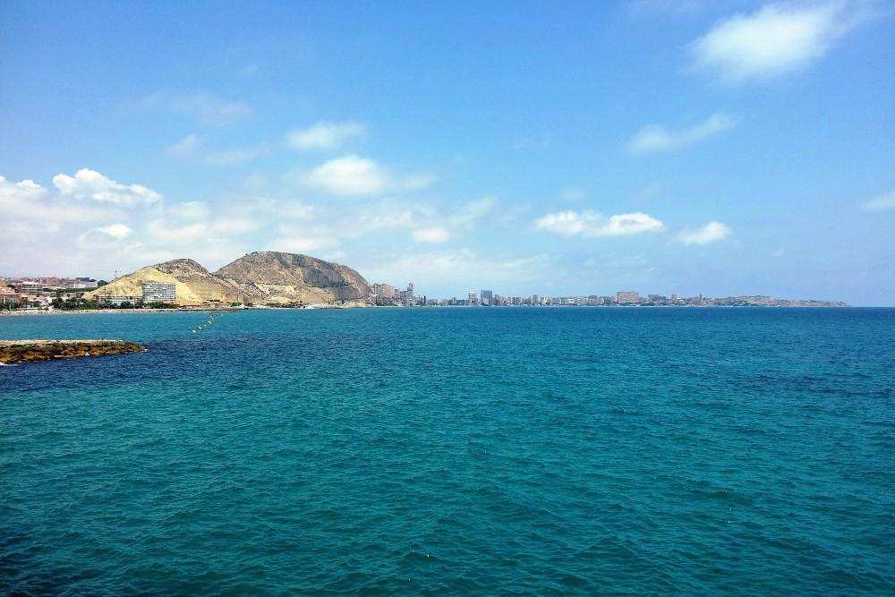 Veduta della baia di Alicante lungo la Alacant Promenade in Spagna