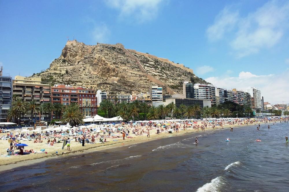 Cosa vedere ad Alicante: Playa de Postiguet ai piedi del Monte Benacantil ed il Castello di Santa Barbara