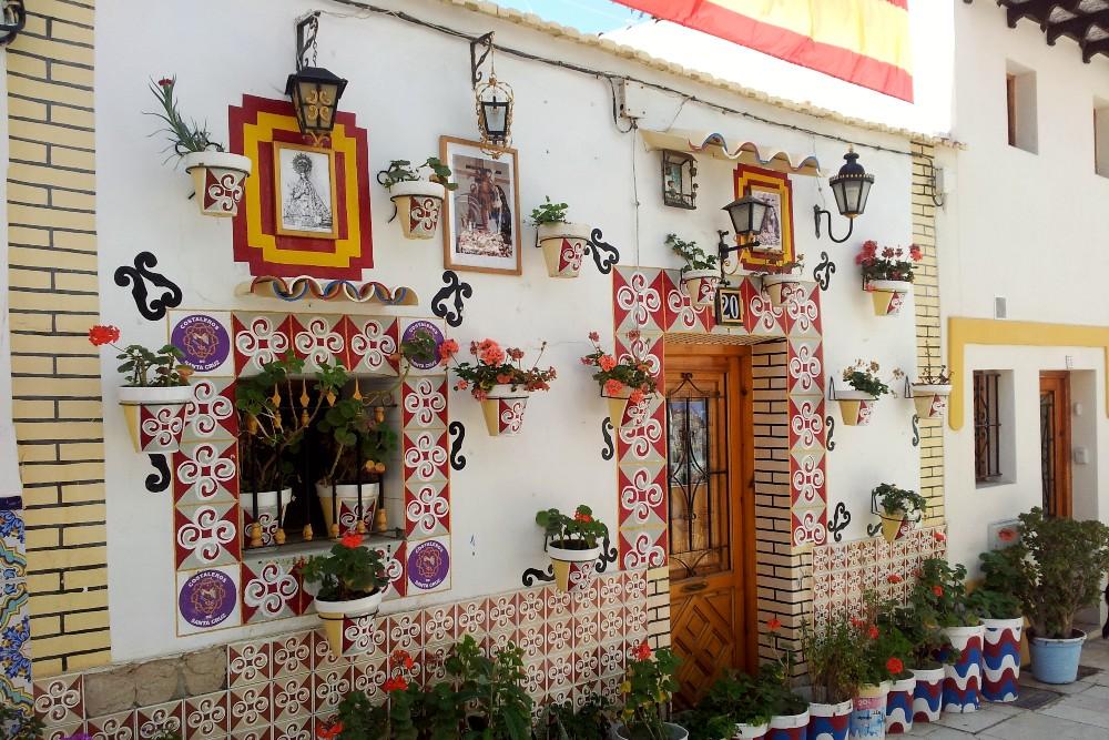 Cosa vedere ad Alicante: casa colorata con vasi di fiori nel Barrio de Santa Cruz