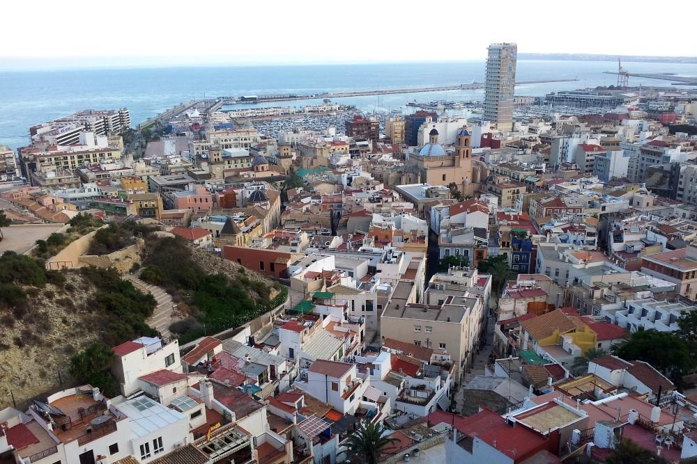 Cosa vedere ad Alicante: panorama dal Castillo de Santa Barbara sul Monte Benacantil