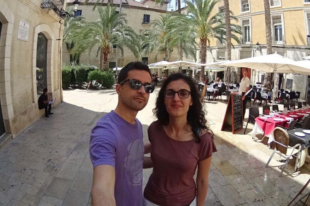 Piazza con palme nel Barrio di Alicante in Spagna