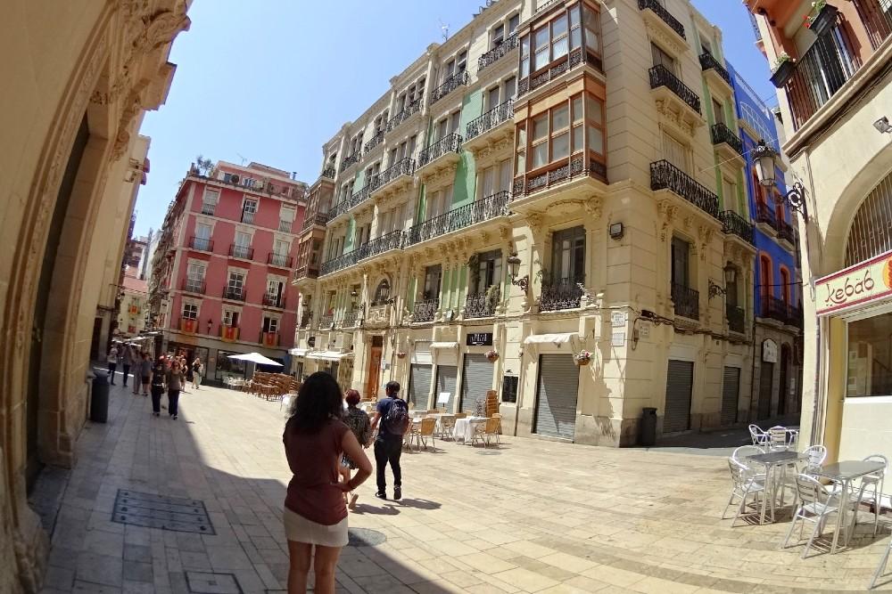 Piazza con palazzi storici nel Barrio di Alicante