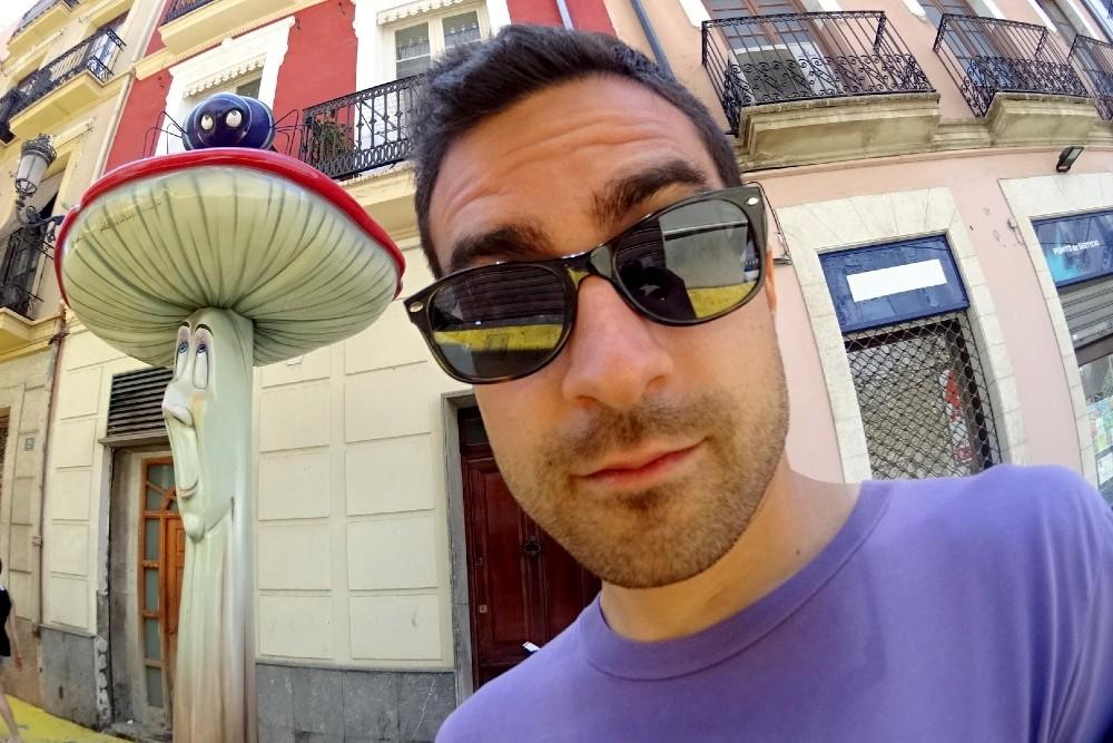 Calle San Francisco con i funghi giganti nel centro di Alicante in Spagna