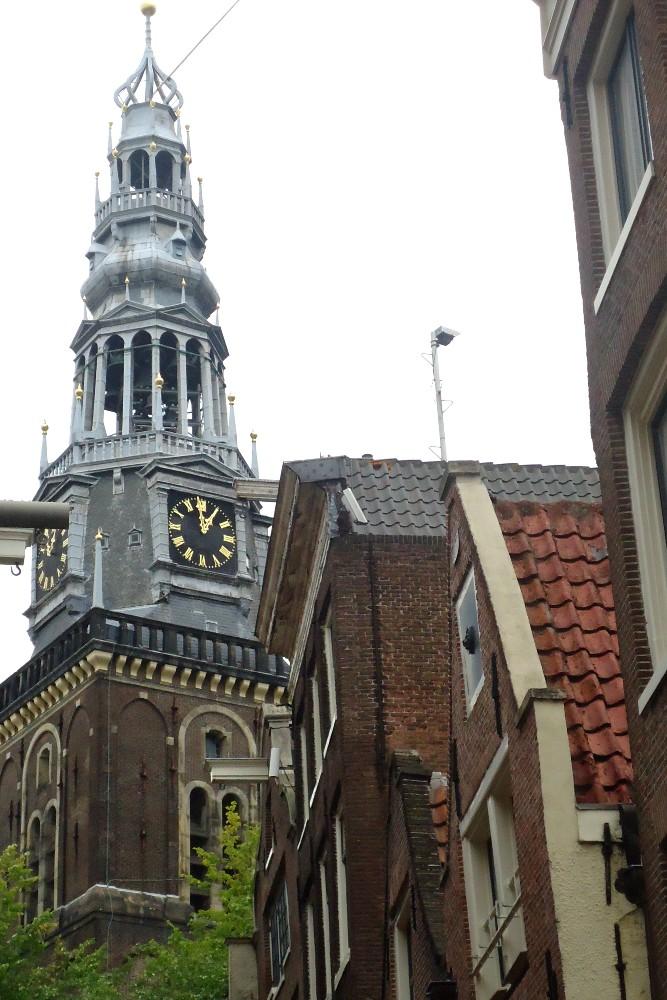 Campanile della Chiesa Vecchia (Oude Kerk) nella Parte Vecchia di Amsterdam in Olanda