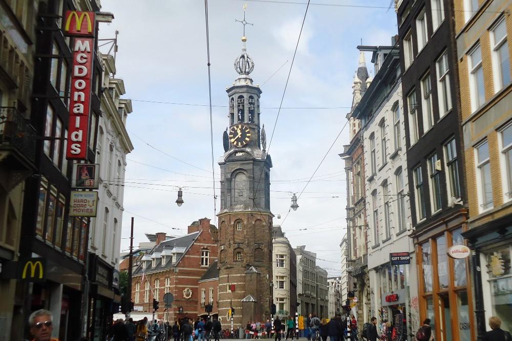 Torre della Zecca (Munttoren) alla fine di Kalverstraat nella Parte Nuova di Amsterdam in Olanda