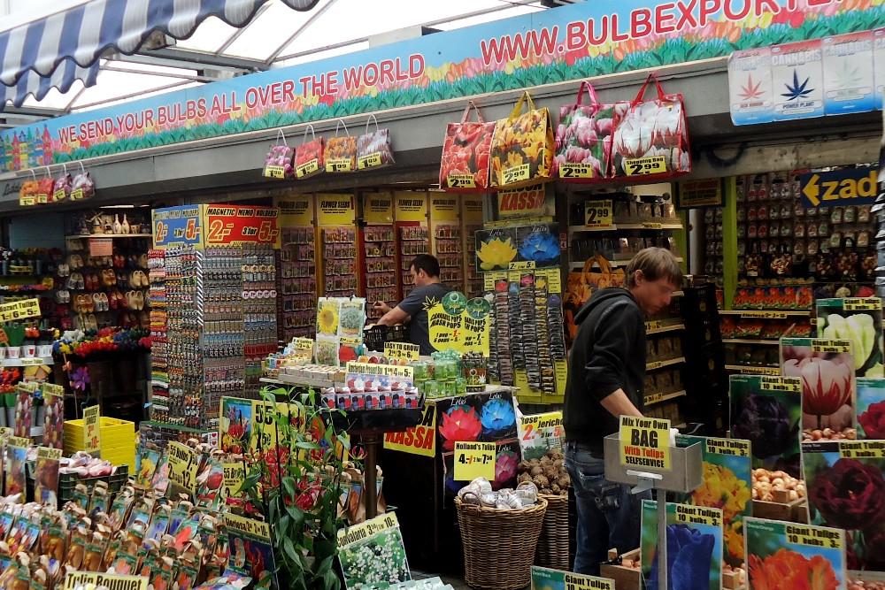 Cosa vedere ad Amsterdam: bancarelle di bulbi di tulipani nel Bloemenmarkt (mercato galleggiante dei fiori)