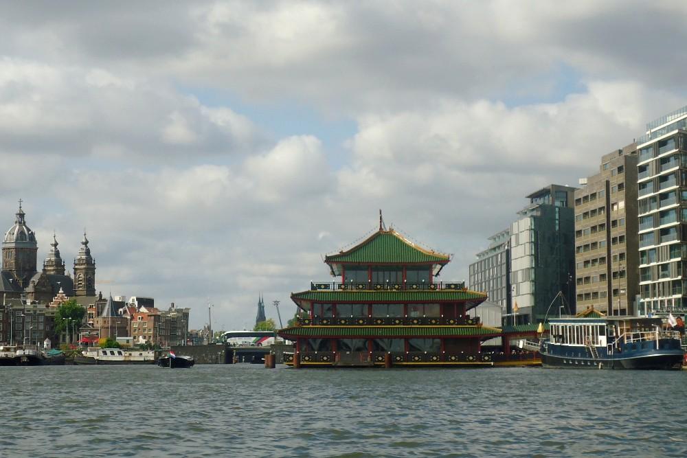Affaccio sulla Baia IJ durante il giro in battello nella Cerchia dei Canali di Amsterdam in Olanda