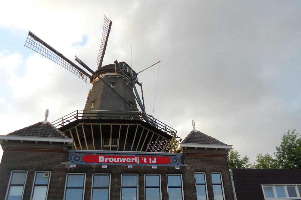 Birrificio Brouwerij't IJ sotto il Mulino De Gooyer ad Amsterdam in Olanda