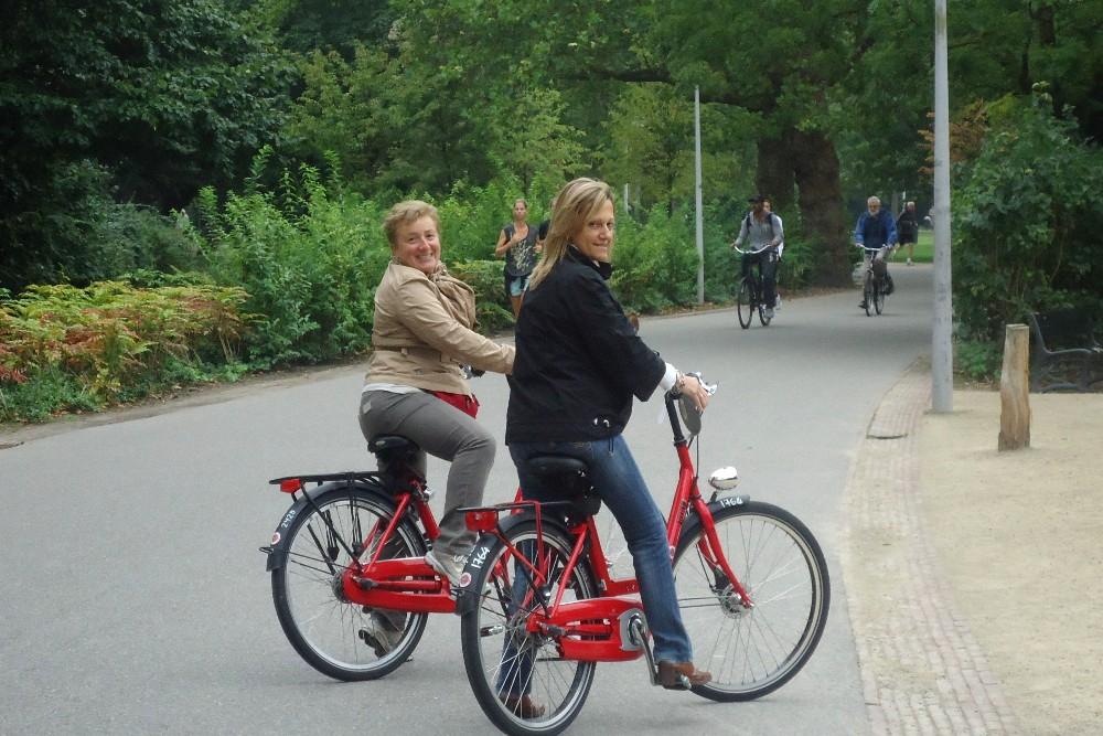 Cosa fare ad Amsterdam: giro in bicicletta nel Vondelpark