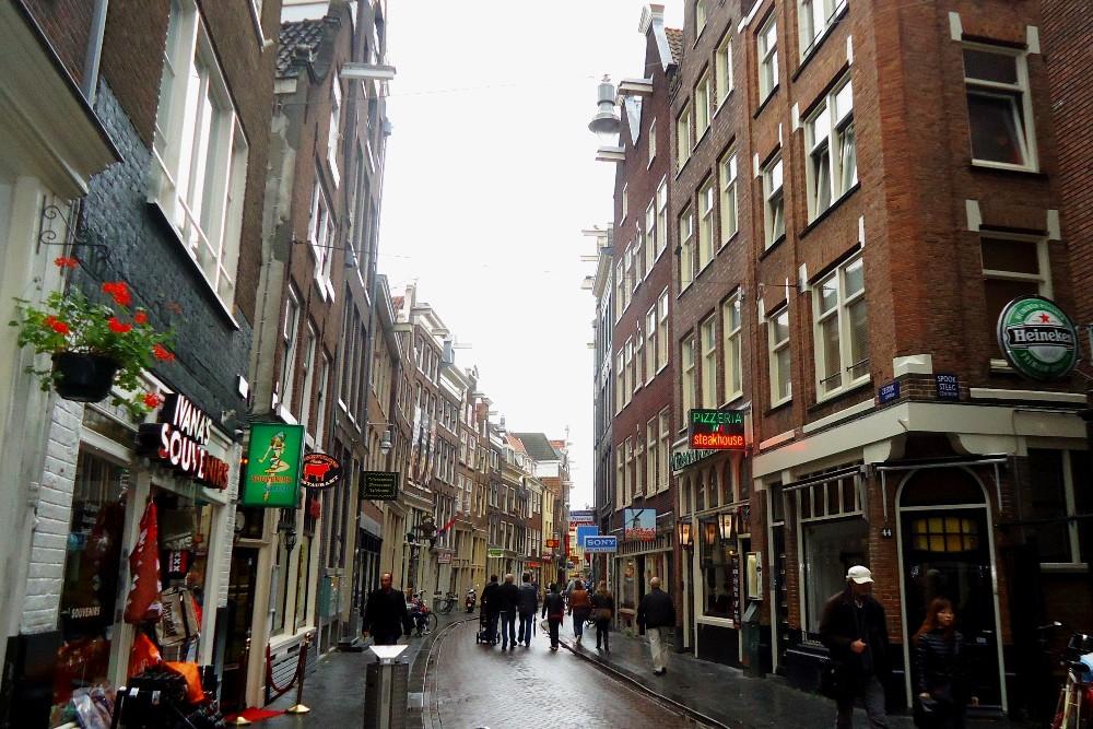 Stradine della Parte Vecchia di Amsterdam, con coffee shop e sexy shop, in Olanda