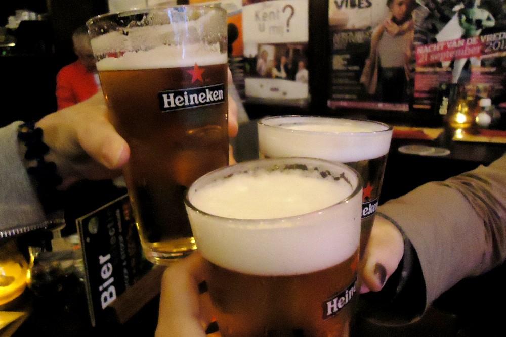 Dove mangiare ad Amsterdam: pinta di Heineken durante la cena al pub Stoop&Stoop