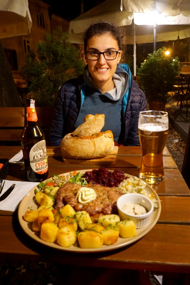 Dove cenare a Breslavia (Wroclaw): zurek nel pane e bistecca di maiale con cavolo e patate di Restauracja Konspira
