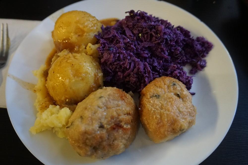 Dove mangiare a Breslavia (Wroclaw) per pranzo: mielony con patate e cavolo del Grilled Steak Bar del mercato coperto Hala Targowa