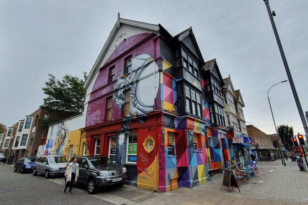 Street art a Brighton: murales sulla facciata di un pub nel quartiere di New England Quarter