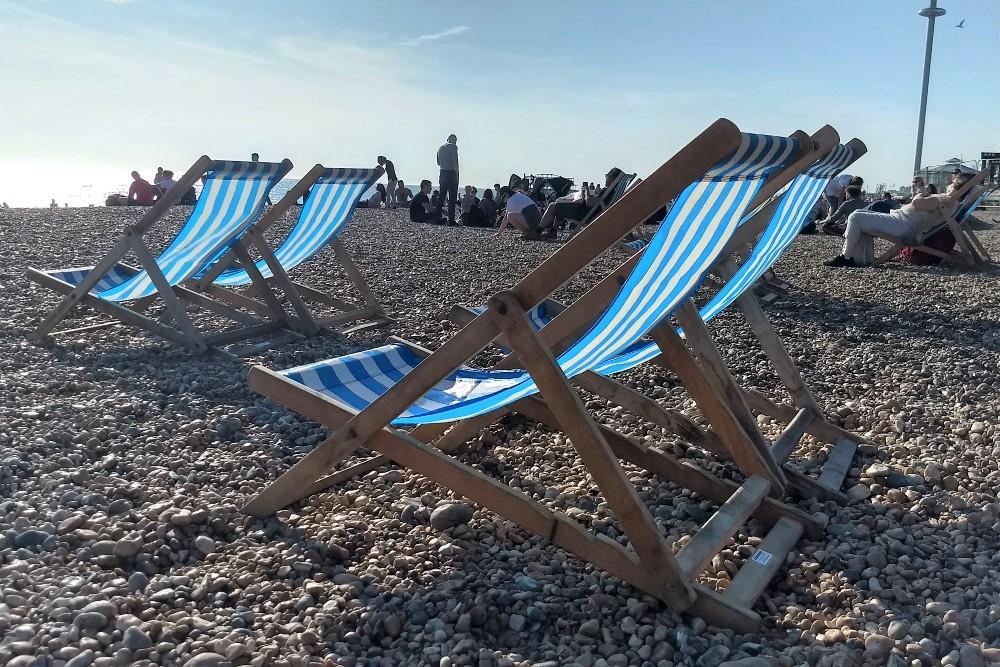 Sdraio a righe bianche e blu a Brighton Beach in Inghilterra