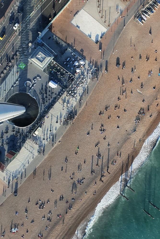 Veduta della spiaggia dalla capsula British Airways i360 di Brighton Beach in Inghilterra