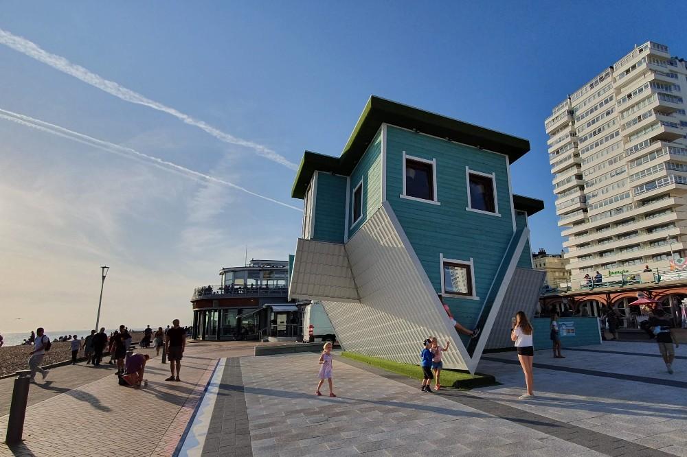 Upside Down House sul lungomare di Brighton in Inghilterra vicino alla torre panoramica British Airways i360