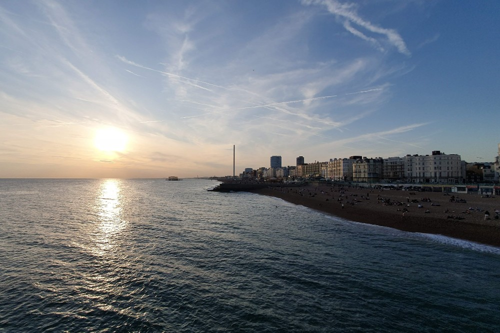 Tramonto sul mare dal Brighton Palace Pier lungo la costa dell'Inghilterra