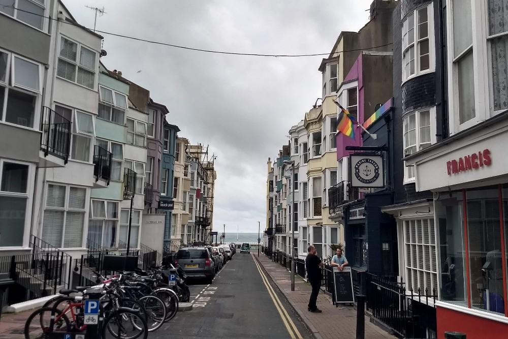 Case in stile Regency di Kemptown a Brighton in Inghilterra con le bandiere arcobaleno della comunità LGBT