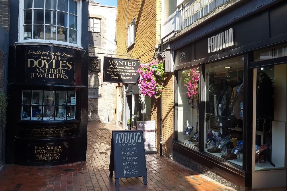 Negozi e gioiellerie nei vicoli del quartiere di The Lanes a Brighton in Inghilterra
