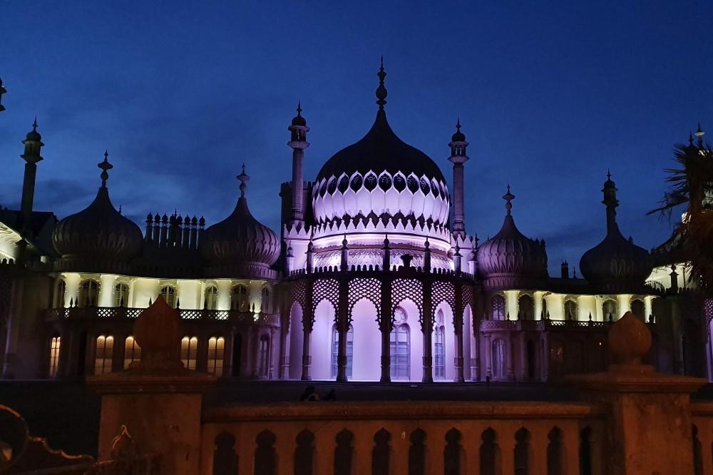 La cupola del Royal Pavilion illuminata di sera a Brighton in Inghilterra