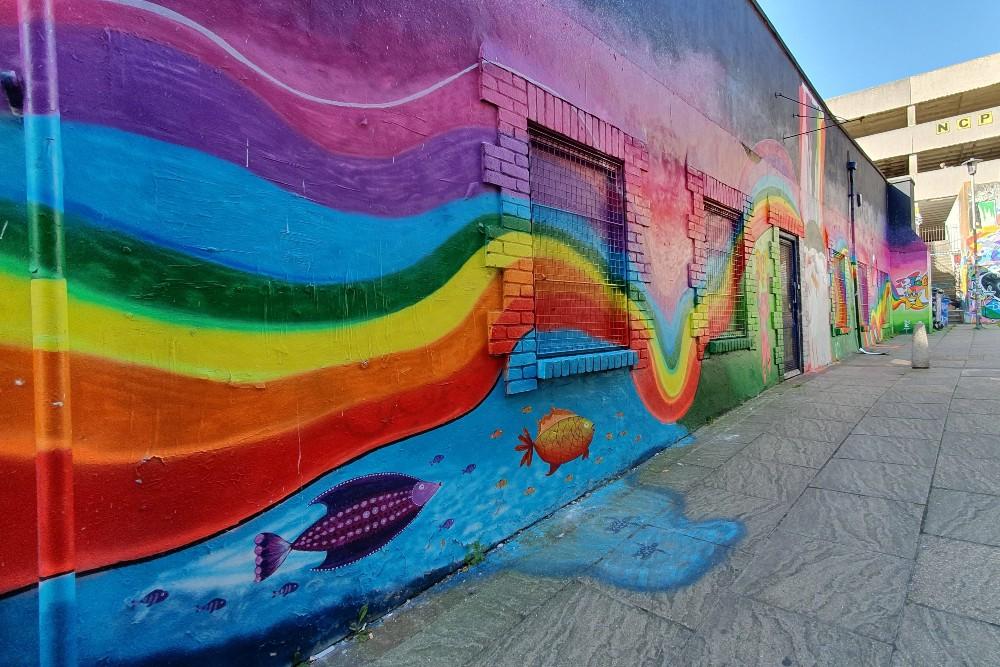 Street art a Brighton: murales con arcobaleno nel quartiere di North Laine