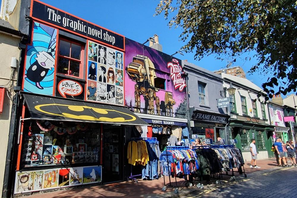 Insegne di negozi e murales nel quartiere di North Laine a Brighton in Inghilterra