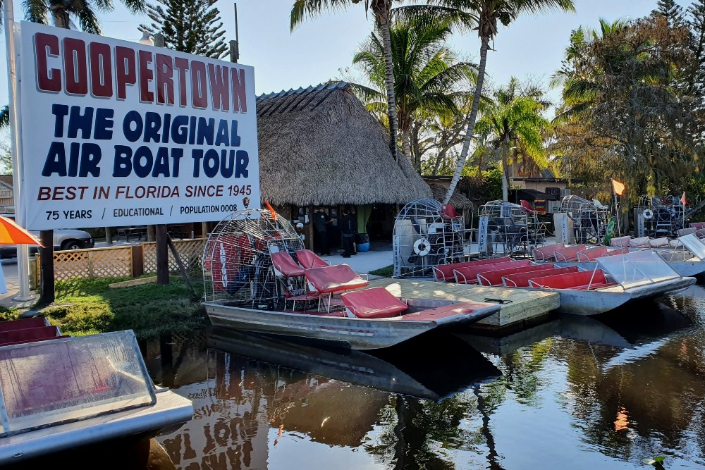 Imbarco di Coopertown The Original Airboat Tour nelle Everglades in South Florida