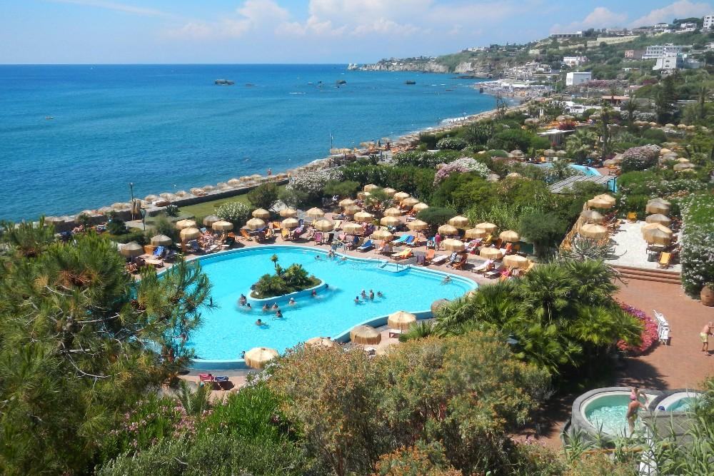 Veduta dei Giardini Poseidon sulla Baia di Citara tra i luoghi da vedere a Ischia
