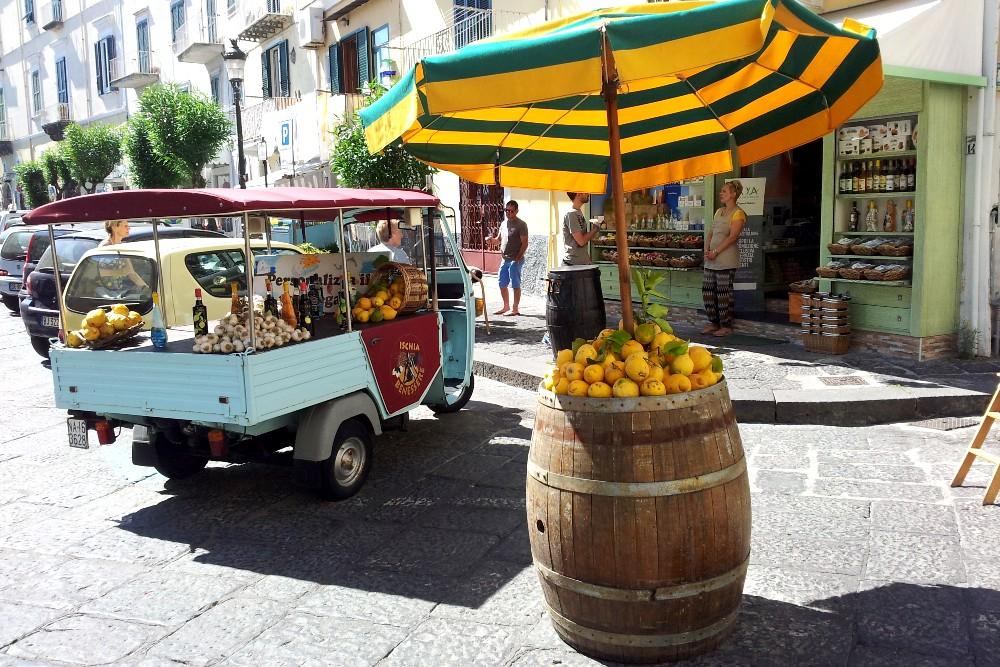 Carretto di limoni a Ischia Ponte