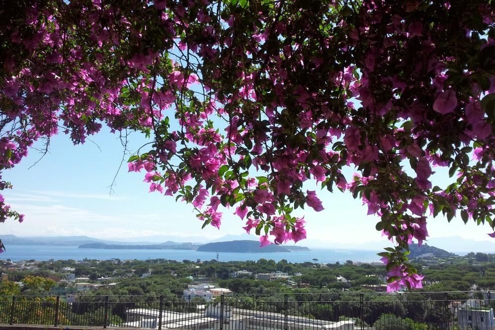 Veduta panoramica sul Golfo di Napoli per le strade di Ischia