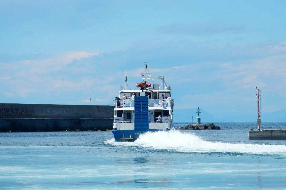 Traghetto in partenza da Forio d'Ischia verso Napoli