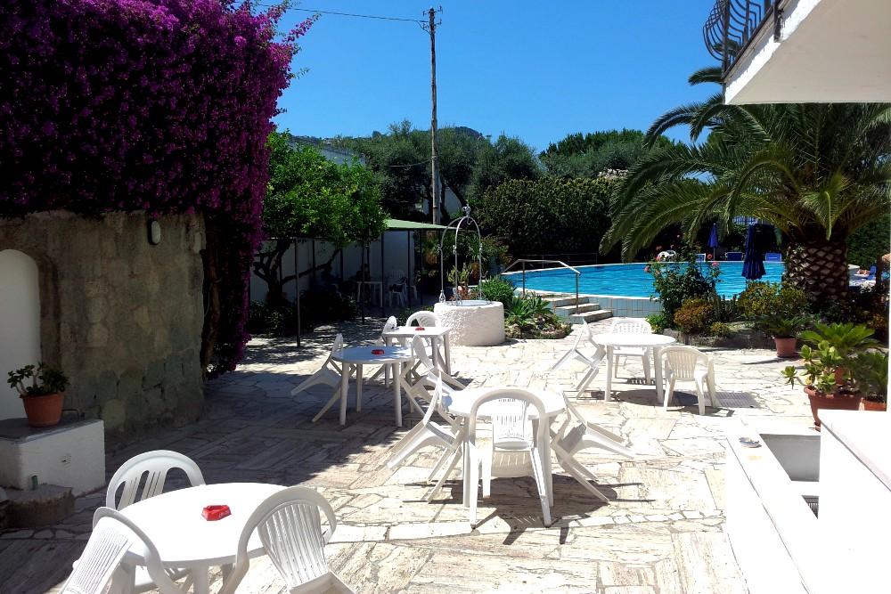 Area relax con tavolini vicino alla piscina dell'Hotel Costa Citara a Ischia