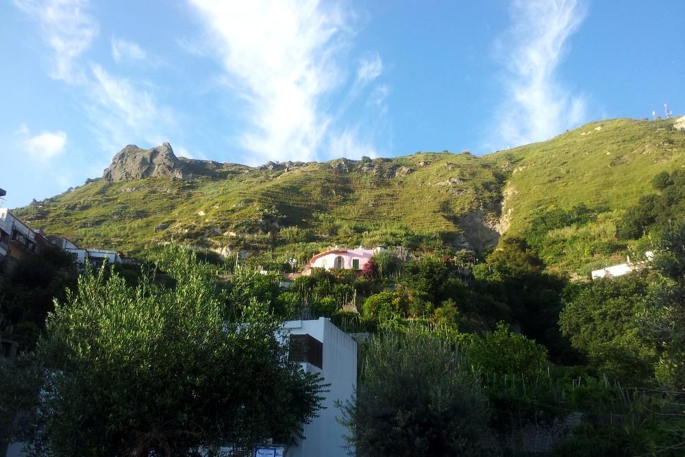 Altopiani ricoperti di verde lungo la strada per Serrara Fontana sull'isola di Ischia