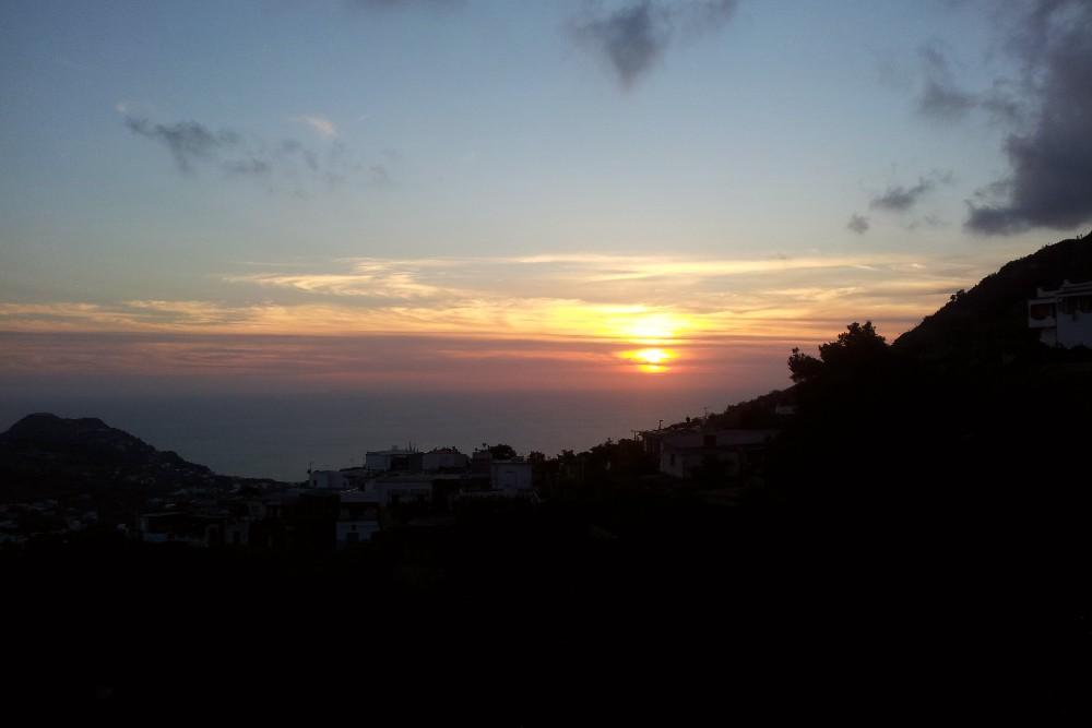 Vista del tramonto da Serrara Fontana sull'isola di Ischia