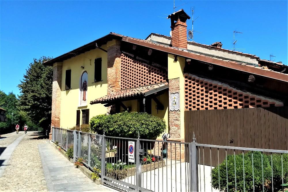 Vie acciottolate nel borgo di Morimondo in provincia di Milano, Lombardia
