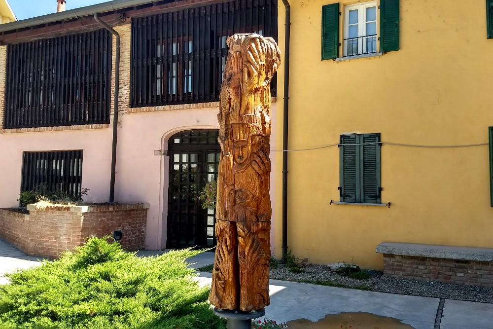 """Scultura in ciliegio """"Le pergamene di Morimondo"""" nella Corte Cistercense del borgo in provincia di Milano, Lombardia"""