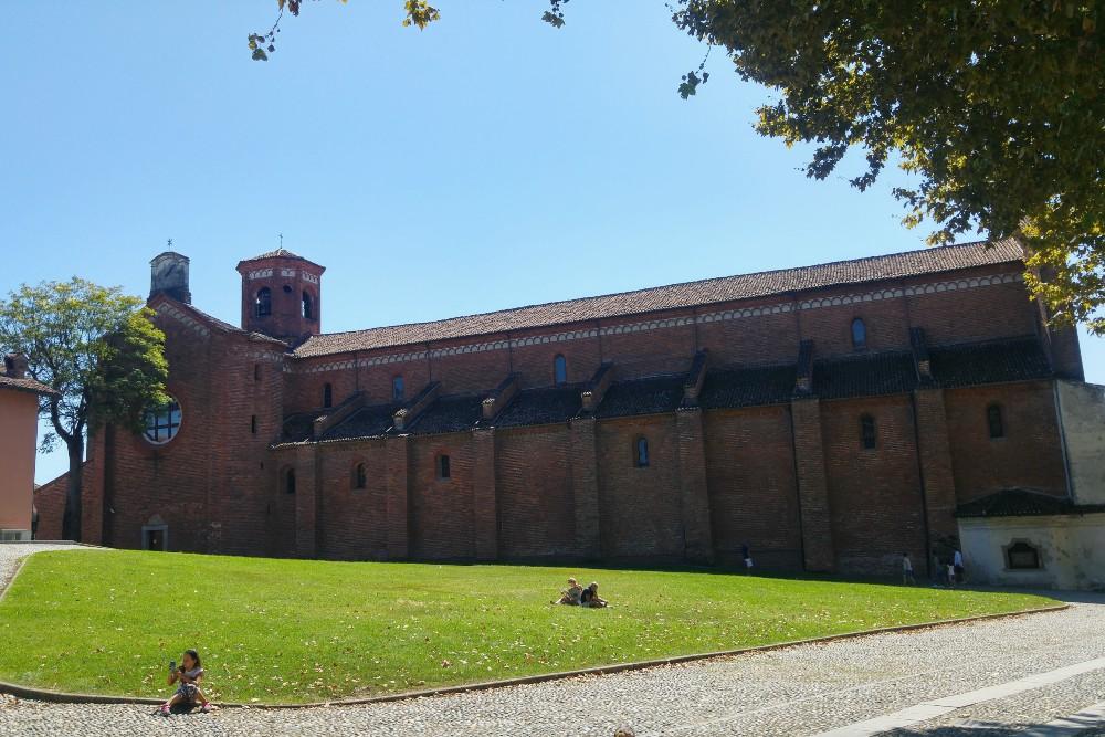 Cosa vedere nel borgo in provincia di Milano: Piazza San Bernardo con l'Abbazia di Morimondo, Lombardia