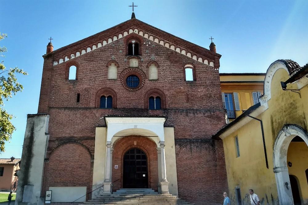 Cosa vedere nel borgo in provincia di Milano: facciata in mattoni rossi dell'Abbazia di Morimondo, Lombardia