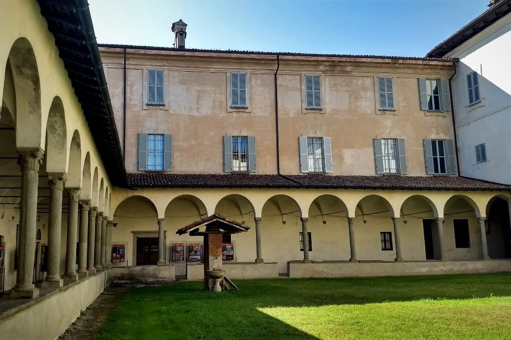 Chiostro con accesso agli ambienti monastici dell'Abbazia di Morimondo tra le cose da vedere nel borgo in provincia di Milano, Lombardia