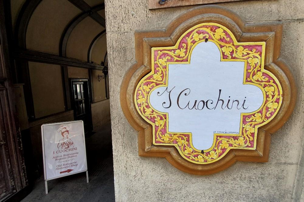 Ingresso della rosticceria I Cuochini, tra i posti dove mangiare a Palermo, Sicilia