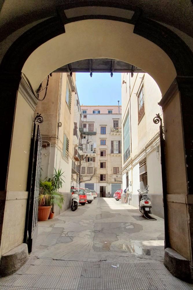 Cortile della rosticceria I Cuochini a Palermo, Sicilia