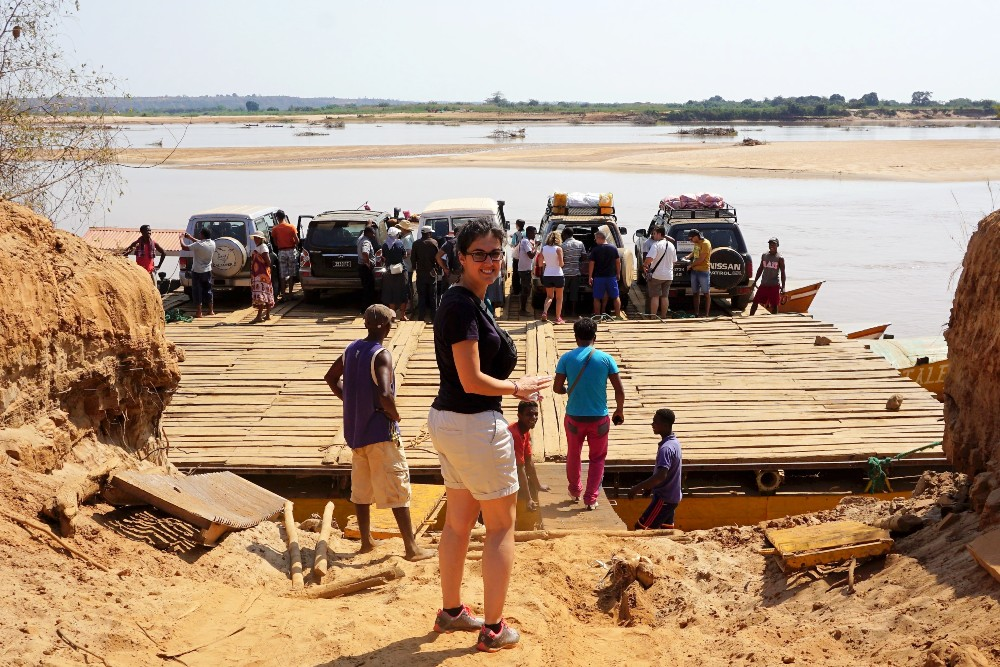 Traversata del fiume Tsiribihina verso il Parco Nazionale Tsingy di Bemaraha in Madagascar