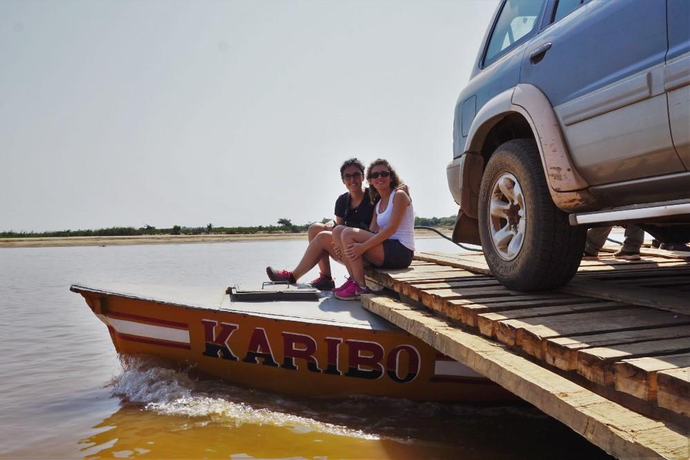 Sulla zattera a motore durante la navigazione del fiume Tsiribihina in Madagascar