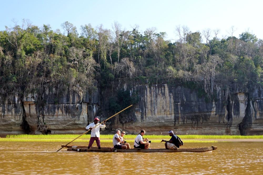 Navigazione con le piroghe sul fiume Manambolo vicino a Bekopaka in Madagascar