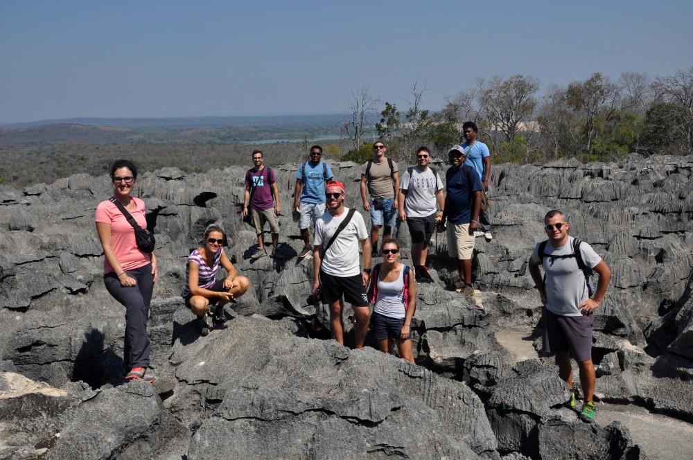 Foto di gruppo sugli spuntoni rocciosi del Petit Tsingy de Bemaraha in Madagascar