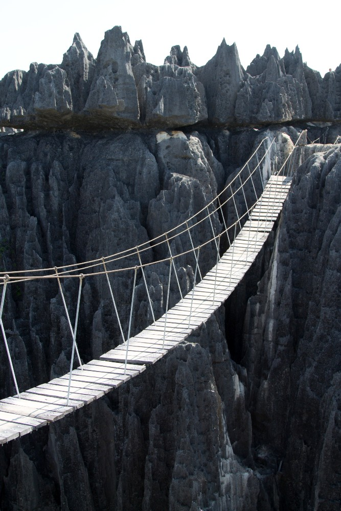 Ponte in legno sospeso in una gola del Parco Nazionale Tsingy di Bemaraha