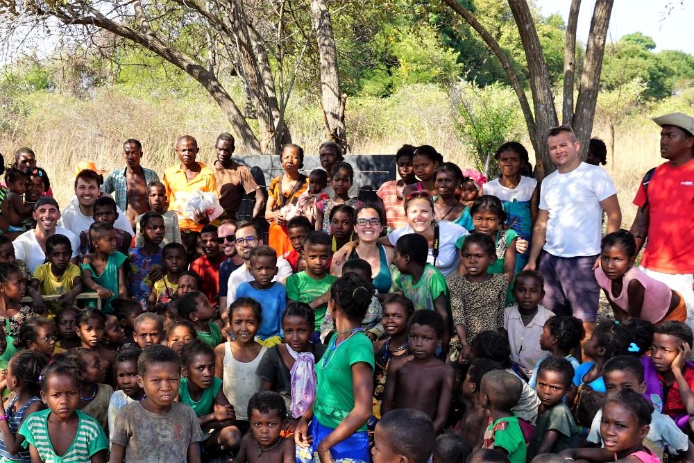Foto di gruppo con i bambini della scuola di Bekopaka in Madagascar