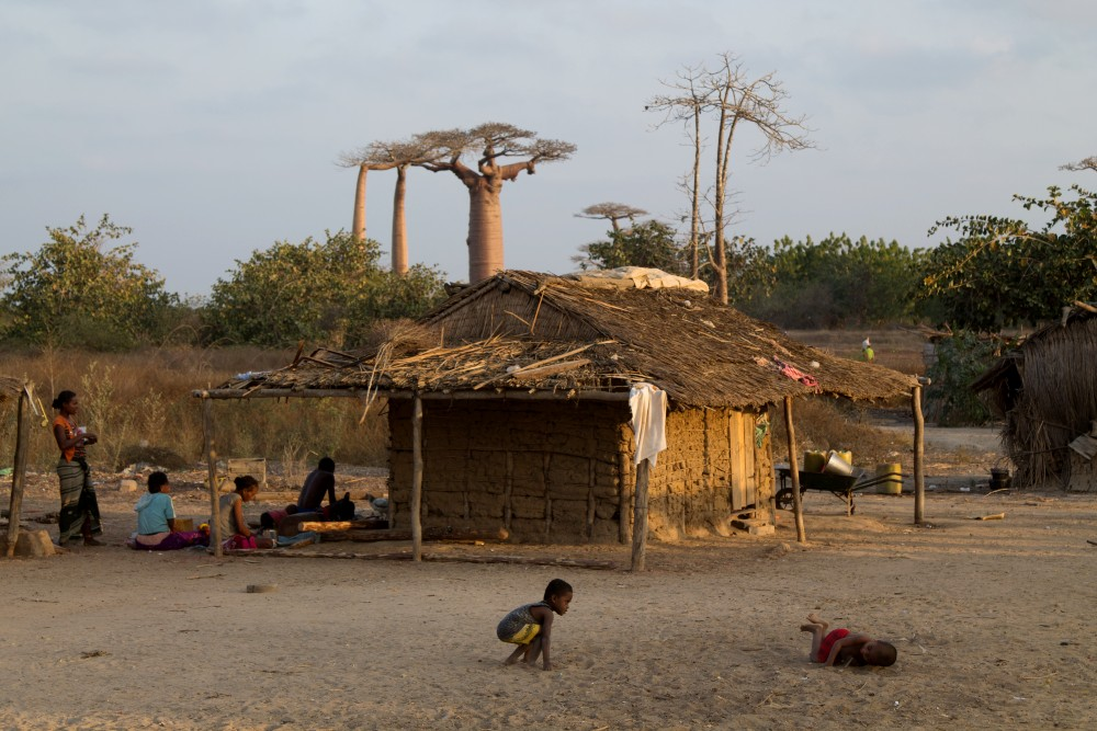 Capanna della tribù Sakalava lungo la strada sterrata RN8 in Madagascar