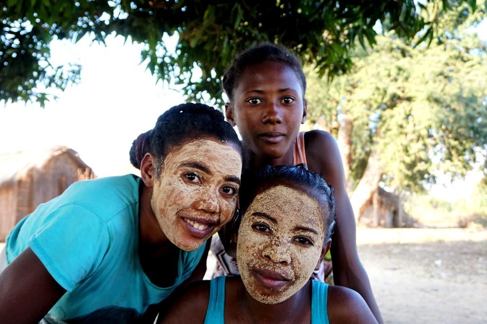 Donne della tribù Sakalava lungo la RN8 in Madagascar con il volto coperto dal masonjoany